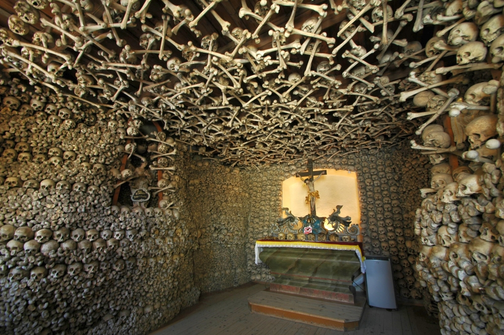 Poland_-_Czermna_-_Chapel_of_Skulls_-_interior_01.jpg